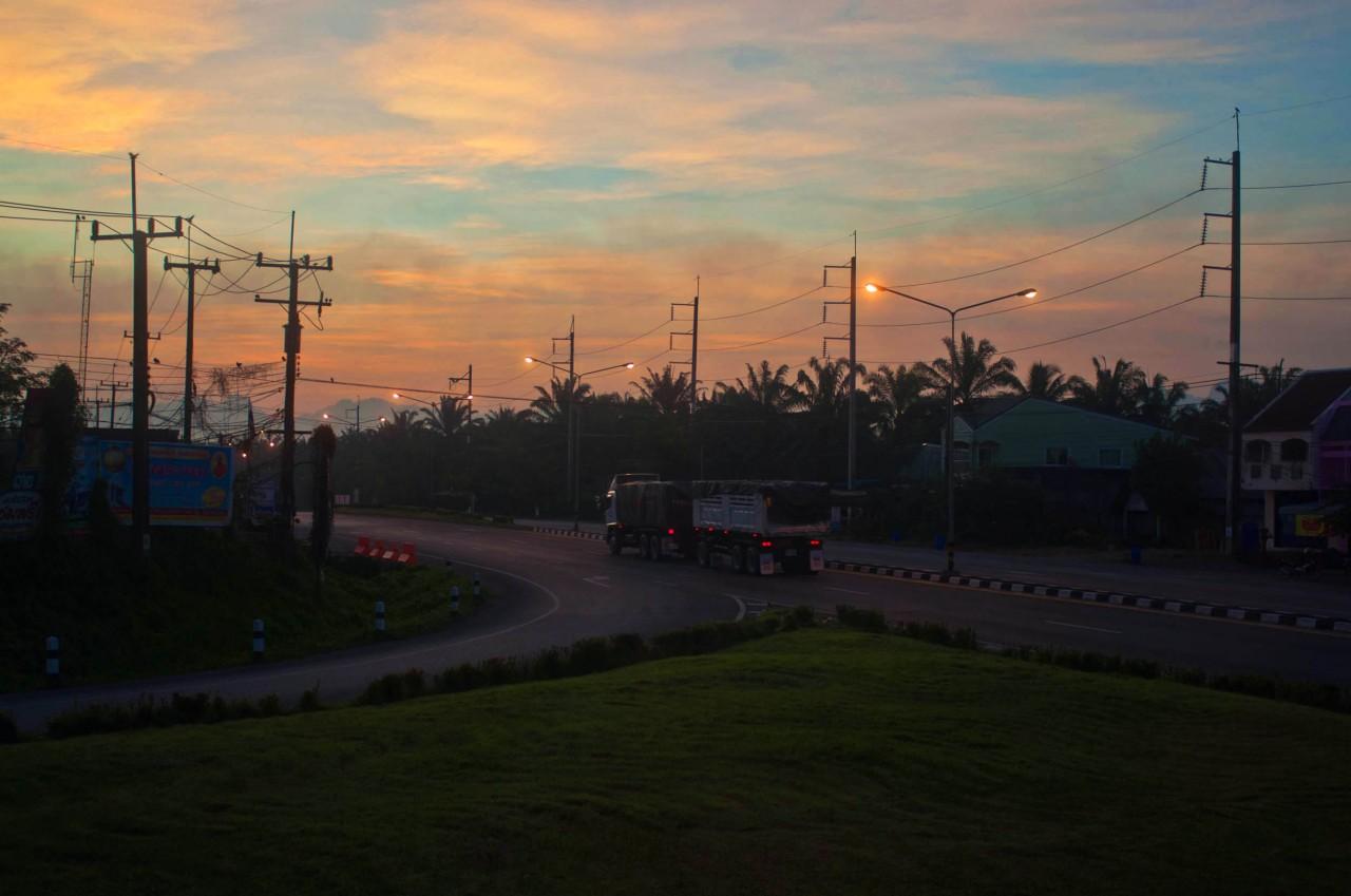 Тайская дорога ранним утром